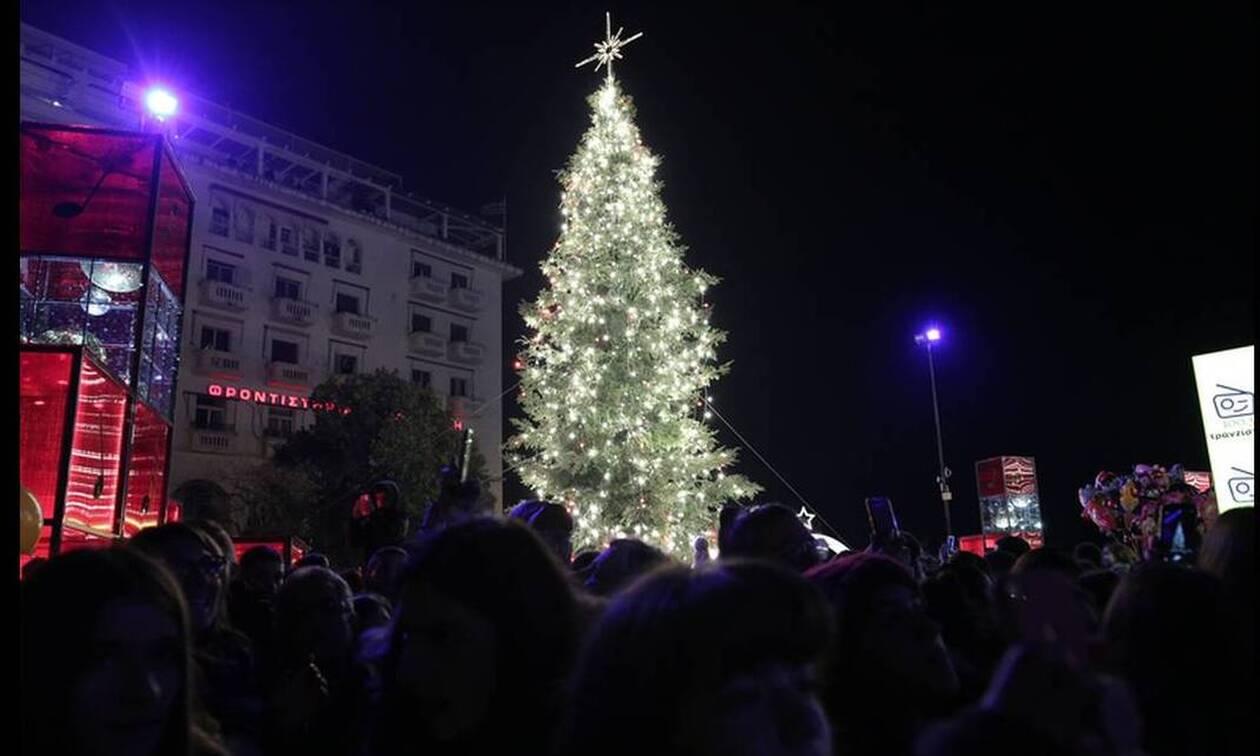 Θεσσαλονίκη: Άναψε το χριστουγεννιάτικο δέντρο στην πλατεία Αριστοτέλους