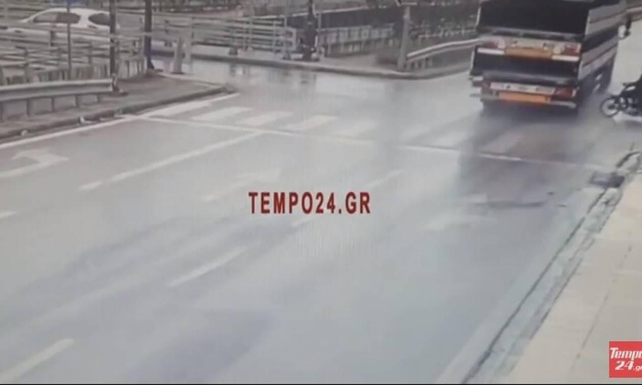 Πάτρα - Σοκαριστικό βίντεο: Δικυκλιστής «καρφώθηκε» στο πίσω μέρος νταλίκας