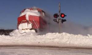 Βίντεο: Η συγκλονιστική στιγμή που τρένο διασπάει «τοίχο» από χιόνι!