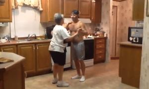 Βίντεο: Μάνα και γιος χορεύουν το αγαπημένο τους τραγούδι και το ίντερνετ… καταρρέει!