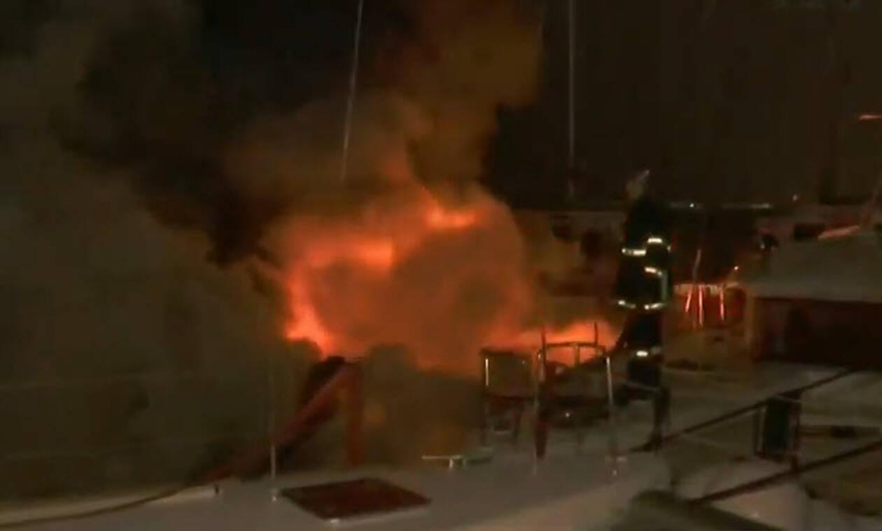 Στις φλόγες σκάφος στη Μαρίνα Αλίμου (vid)