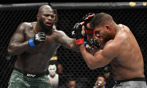 Εικόνες – σοκ σε αγώνα UFC: Του έκοψε το χείλος στα δύο (photo+video)