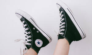 Επιτέλους βρήκαμε τον τρόπο για να βάψεις τα παπούτσια σου χωρίς να τα καταστρέψεις
