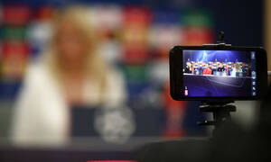 Η ξανθιά που έκλεψε την παράσταση στη συνέντευξη Τύπου του Ολυμπιακός-Ερυθρός Αστέρας