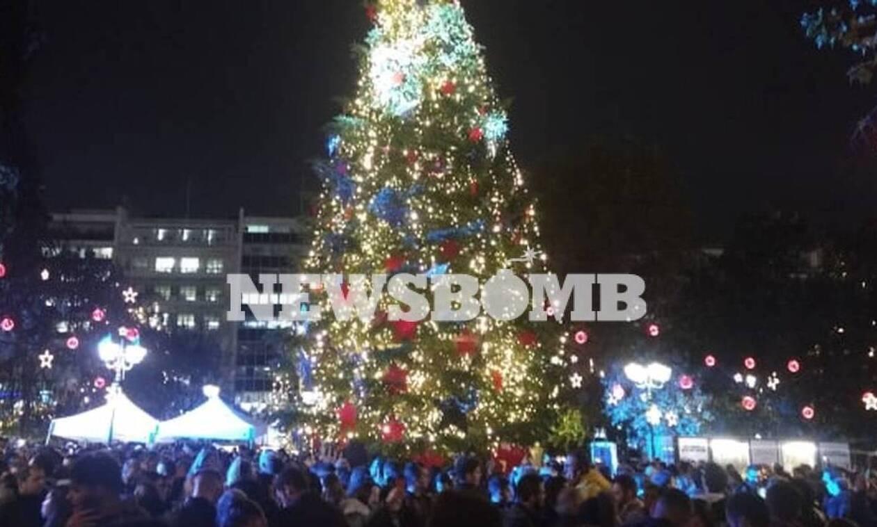 «Άρωμα» Χριστουγέννων στο κέντρο της Αθήνας - Φωταγωγήθηκε το δέντρο στο Σύνταγμα