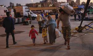 Συνεχίζεται η αποσυμφόρηση των νησιών του Αιγαίου: Στον Πειραιά δεκάδες πρόσφυγες και μετανάστες