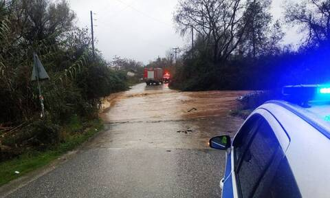 Θρίλερ με αγνοούμενο οδηγό στην Ημαθία - Παρασύρθηκε από ορμητικά νερά (vid)