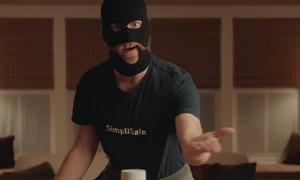 Απίστευτο βίντεο: Πελάτης έκλεψε… ληστή! (vid)