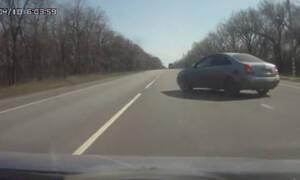 Οδηγός - εγκληματίας κάνει αναστροφή πάνω στην εθνική! (vid)