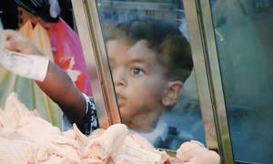 Οι αντιδράσεις του κόσμου στη θέα ενός παιδιού μόλις 3 ετών να ψωνίζει (vid)