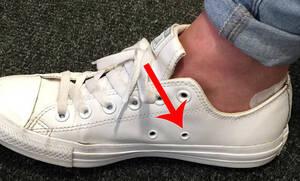 Τι ρόλο παίζουν οι τρύπες στα πλάγια των παπουτσιών;
