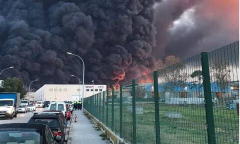 Συναγερμός στην Καταλονία: Φωτιά σε χημικό εργοστάσιο – Εκκενώθηκε περιοχή (vids)