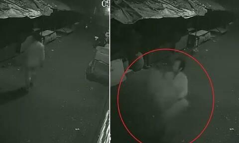 Κάμερα ασφαλείας τους έπιασε «στα πράσα» - Δεν θα πιστέψετε τι έκλεψαν (vid)