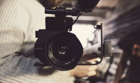 Έβαλε κρυφή κάμερα στο σπίτι - «Πάγωσε» όταν είδε την κολλητή της να... (vid)