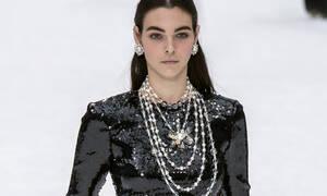 H Chanel αγαπά τις πέρλες. Γιατί να μην τις αγαπάμε κι εμείς;