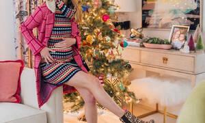 Ποζάρει ευτυχισμένη και με φουσκωμένη κοιλίτσα μπροστά στο χριστουγεννιάτικο δέντρο (pics)