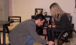 Φτιάχνει αναπηρικά αμαξίδια και χαρίζει τη χαμένη ανεξαρτησία (video)