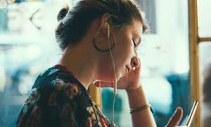 Εσύ το ήξερες ότι βάζεις λάθος τα ακουστικά σου; Κι όμως, αυτός είναι ο σωστός τρόπος