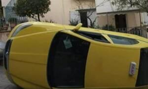 Υμηττός: Αναποδογύρισε ταξί στη μέση του δρόμου (vid)