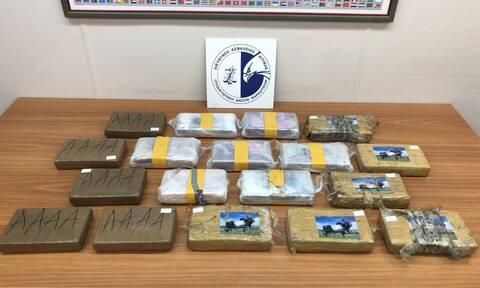 Έκρυβαν τεράστια ποσότητα κοκαΐνης σε οροφή φορτηγού - Εντοπίστηκε σε... δύο δόσεις (pics&vids)