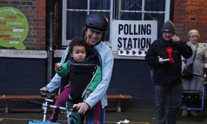Εκλογές στη Βρετανία: Ουρές στα εκλογικά τμήματα - Οι περιφέρειες-κλειδιά