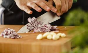 Μυρίζουν έντονα τα χέρια σου από κρεμμύδι και σκόρδο; Σου έχουμε τη λύση