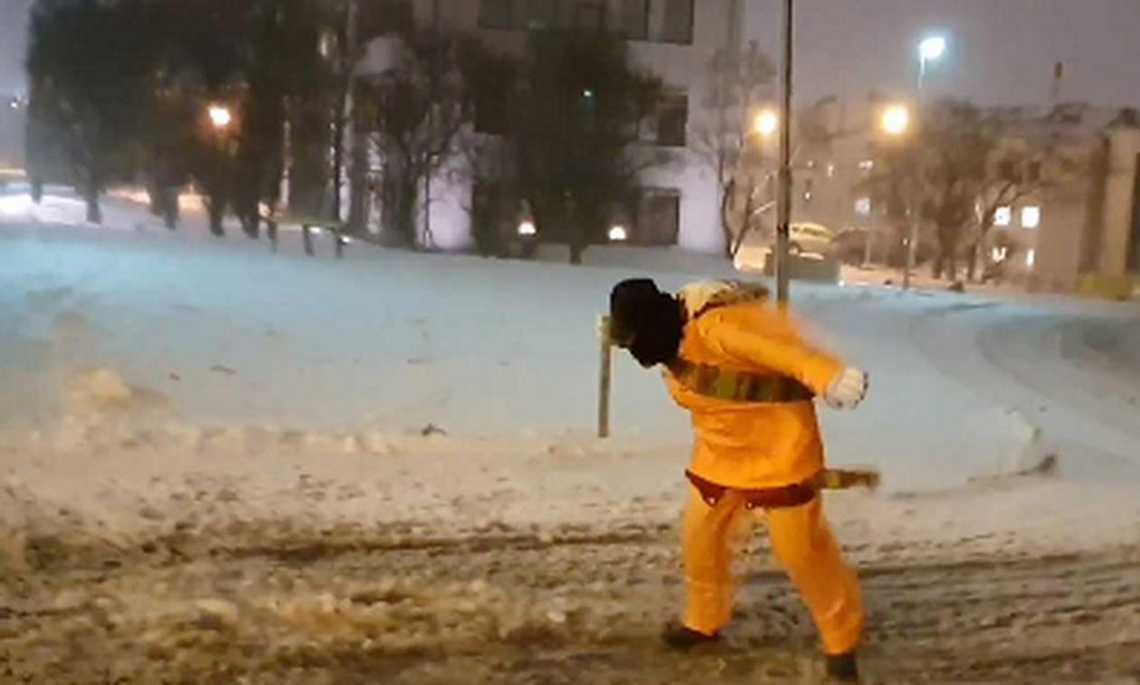 Καιρός: Αυτός είναι ο... ορισμός της χιονοθύελλας! Δεν μπορούν να περπατήσουν κόντρα στον αέρα (vid)