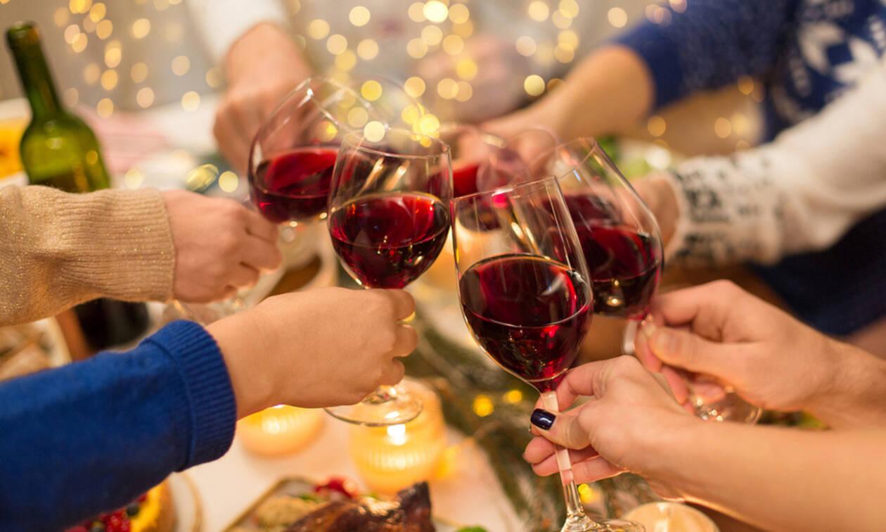 Λεκέδες από κόκκινο κρασί & κερί: Πώς να τους αφαιρέσετε από τραπεζομάντηλα & χαλιά (vid)