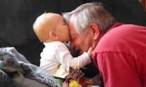 Εγγονάκια με τους παππούδες τους σε απολαυστικά στιγμιότυπα (vid)