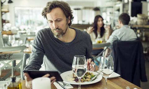 Γιατί κάνει καλό να τρως μόνος σου έξω