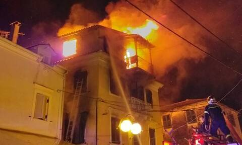 Κέρκυρα: Μεγάλη φωτιά σε μονοκατοικία - Γυναίκα πήδηξε από το μπαλκόνι με το παιδί της (vids)