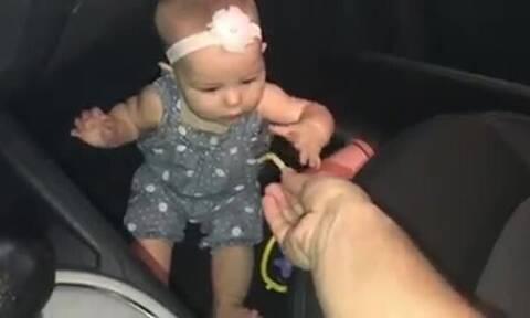 Απίστευτο! Δείτε τι δίνει στο μωρό για να σταματήσει το κλάμα
