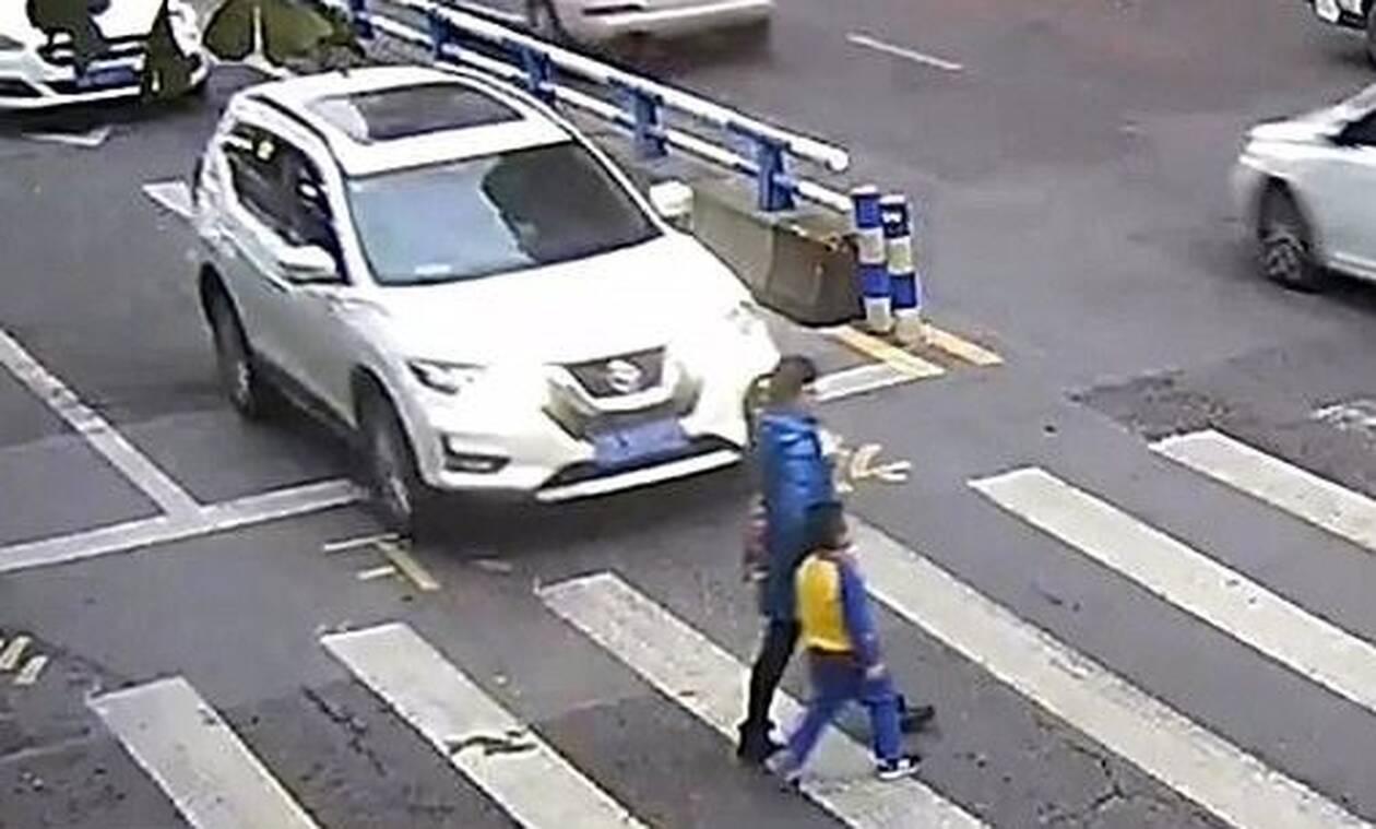 Οδηγός χτύπησε γυναίκα με παιδί - Η αντίδραση του μικρού είναι μοναδική! (pics+vid)