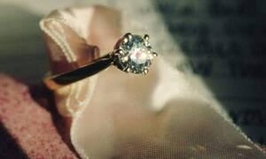 Πόσταρε το δαχτυλίδι αρραβώνων της στο Facebook και έγινε χαμός – Δείτε τι συνέβη (pics)