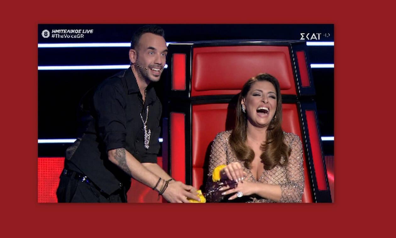 The Voice: Ο Μουζουράκης πέρασε τις χειροπέδες που του χάρισε ο Μουτσινάς στην… Παπαρίζου! (video)