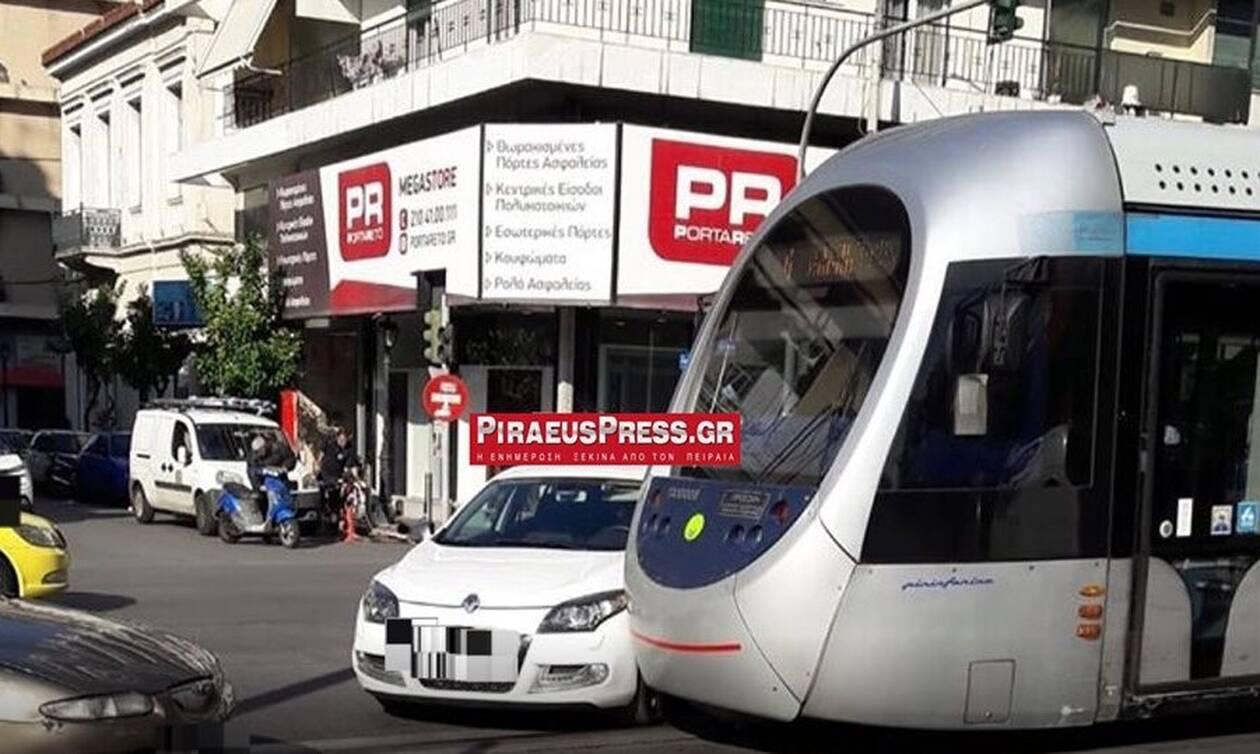 Τροχαίο στο κέντρο του Πειραιά – Αυτοκίνητο συγκρούστηκε τραμ