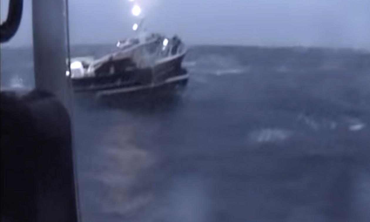 Ψαράδες έπεσαν σε τρικυμία - Οι εικόνες της διάσωσής τους κόβουν την ανάσα (video)