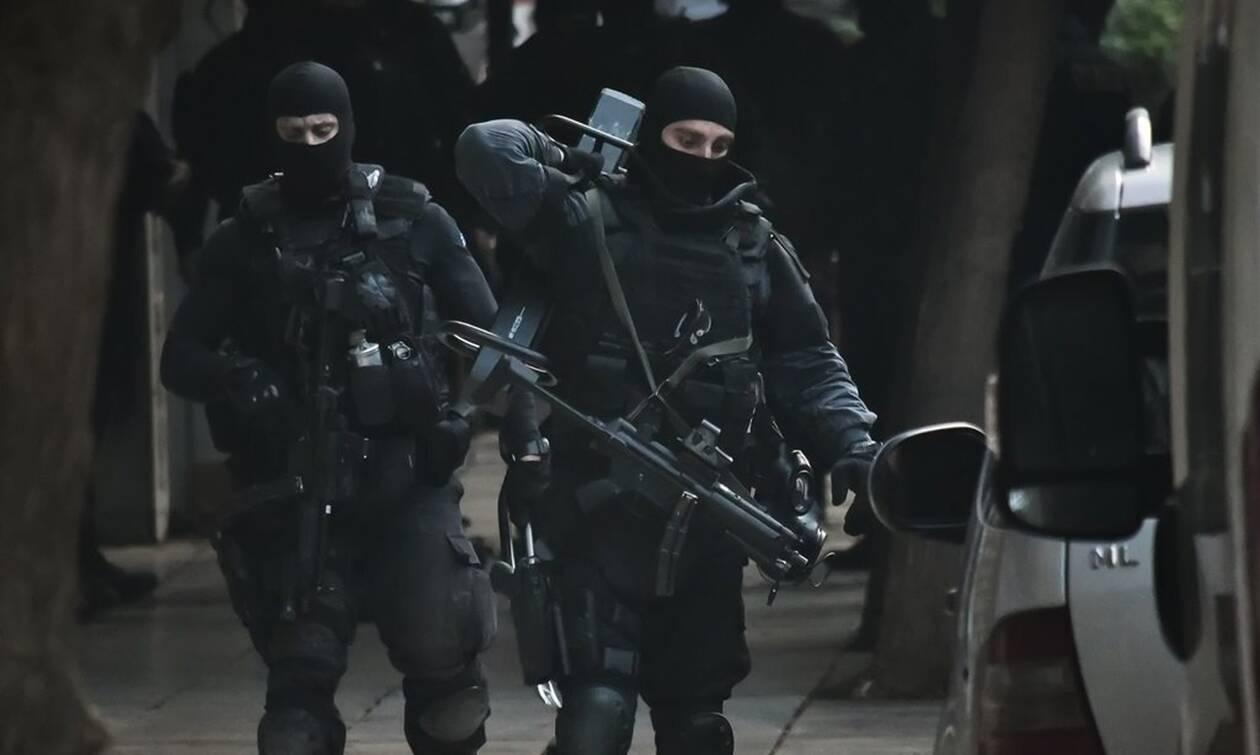Δύο συλλήψεις από την Αντιτρομοκρατική για επιθέσεις σε γραφεία της Χρυσής Αυγής