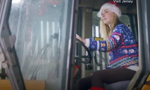 Είναι τρελαμένη με τα Χριστούγεννα - Δεν φαντάζεστε τι έφτιαξε για τα βόδια της (vid)