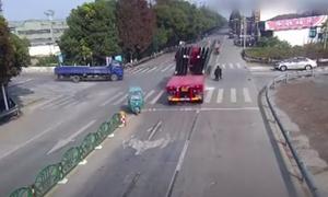 Τρομακτικό ατύχημα: Γυάλινα πάνελ καταπλάκωσαν οδηγό μηχανής (vid)