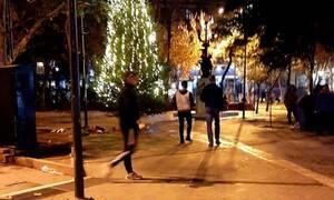 Eπιχείρησαν να κάψουν το χριστουγεννιάτικο δέντρο στην πλατεία Εξαρχείων
