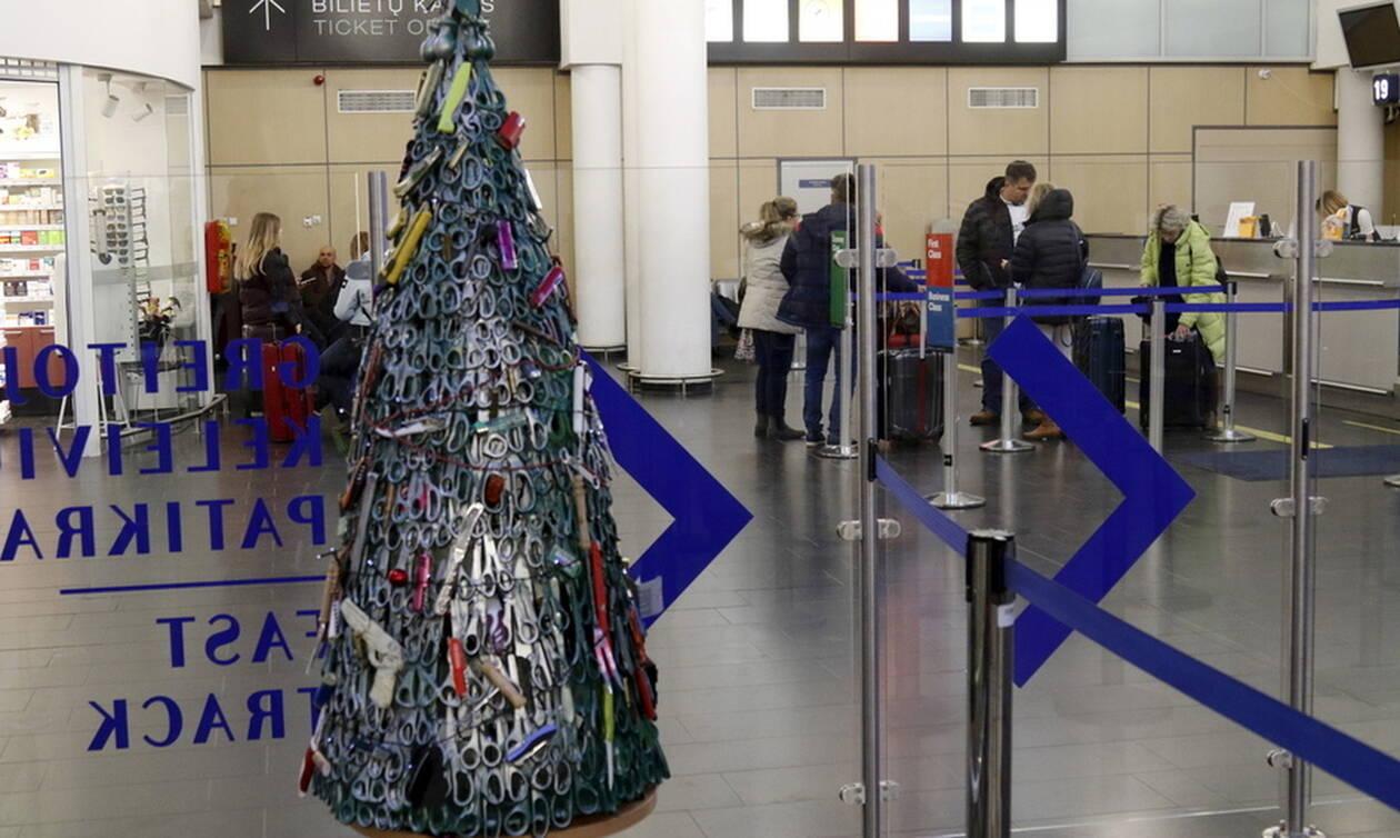 Χριστούγεννα 2019: Απίστευτος στολισμός δέντρου σε αεροδρόμιο - «Τα έχασαν» οι τουρίστες