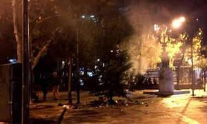 Εξάρχεια: Μερικές ώρες άντεξε το χριστουγεννιάτικο δέντρο – Του έβαλαν φωτιά
