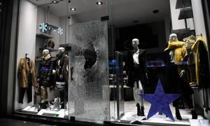Γυαλιά καρφιά το κέντρο της Θεσσαλονίκης: Άγνωστοι έσπασαν βιτρίνες καταστημάτων (pics)