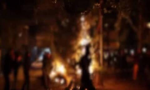 Βίντεο: Έτσι έκαψαν το χριστουγεννιάτικο δέντρο στα Εξάρχεια μπροστά στα ΜΑΤ