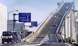 Δείτε πώς οδηγούν πάνω στην πιο τρελή γέφυρα του πλανήτη! (video)