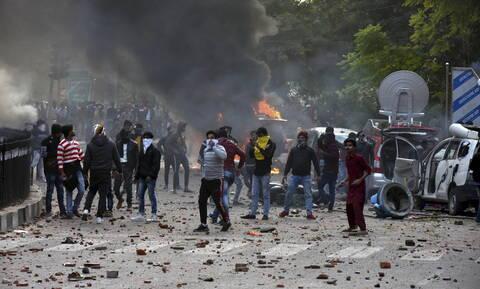 Χάος στην Ινδία: Νεκροί και συλλήψεις σε διαδηλώσεις κατά του νόμου για τη χορήγηση υπηκοότητας