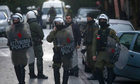 Συμβαίνει ΤΩΡΑ: Επίθεση σε διμοιρία των ΜΑΤ πίσω από την ΑΣΟΕΕ
