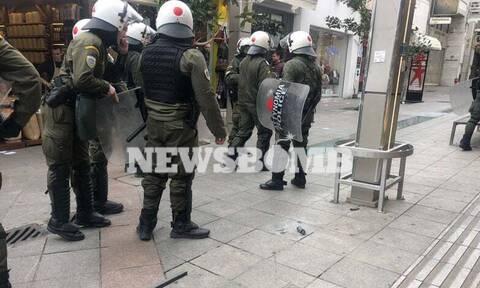 ΤΩΡΑ: Πέτρες και χημικά μεταξύ αντιεξουσιαστών και αστυνομίας στην αγορά του Αμαρουσίου