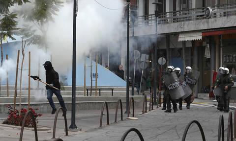 ΤΩΡΑ: Εικόνες σοκ από τα επεισόδια στο Μαρούσι - Τα έσπασαν όλα